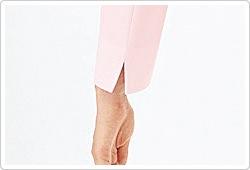 折り返したり、たくし上げたりが可能なスリット入りの袖口。