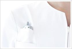 胸の高い位置に配されたPHS用ポケット。内側にずり落ち防止用ストレッチネットを使用。