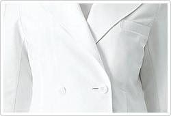 大きめのテーラー衿と2つのボタンでウエストをひきしめています