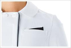 左胸にはポケットチーフをイメージした配色