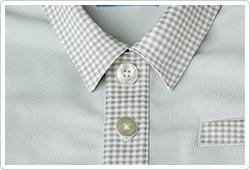 チェックの衿元に、白蝶貝風のボタンを飾って。