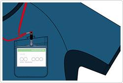 左胸に、かがんでも落ちにくい携帯・スマートフォン対応ポケット付。さらに、左胸に名札ループをつけることで、ポケット口の伸びを防止。