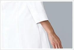 診察や問診時に邪魔にならない九分袖。まくりあげる必要がなく、ラクな着心地に。