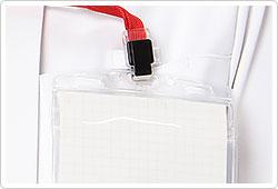 左胸に名札ループをつけることでポケット口の伸びを防止。名札だけではなく、手元を照らすクリップライトの取り付け場所としても最適。
