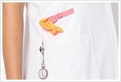 時計等の頻繁に使うものの取り付けや、ポケット内の鍵等の落下防止に適した、右腰のダブルループ。