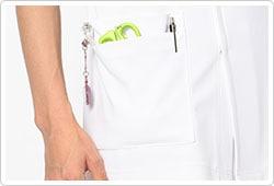 右腰に、時計等の頻繁に使うものの取り付けに適したループ付。