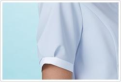 袖口にタックを入れることでふんわりと女性らしい印象に。