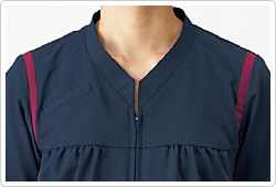 おなかにファスナーが当たらないよう、ジャケットはプルオーバータイプ。ファスナー留めなのでラクに着脱できます。