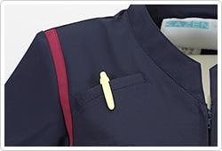 右胸上には、ペンを収納可能なポケット付き。