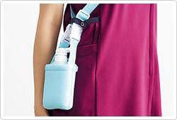 右腰上部の箱ポケット口付属ループは、頻繁に使うものの取り付けや、消毒液ポーチを留めることにも適しています。