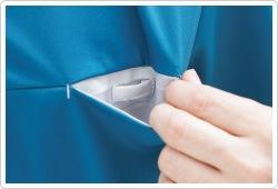 胸ポケットには名札やクリップライトをつけられるループ付 き。ポケット口の伸びを防止します。