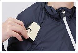 右袖の切り替えラインを利用した携帯端末用ポケット付。