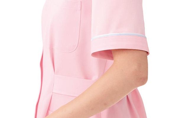 袖口にも衿と同様、白いパイピングをあしらっています。</p><img