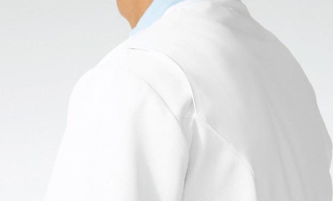 両サイドの肩部分にアクションプリーツを採用し、肩・腕の動きを快適にサポートします。