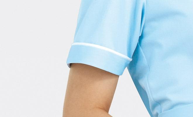 袖口にも衿と同様、白いパイピングをあしらっています。<img