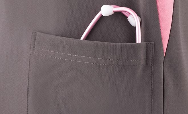 従来より大きめに作られた腰ポケットは、聴診器なども出し入れしやすくなりました。