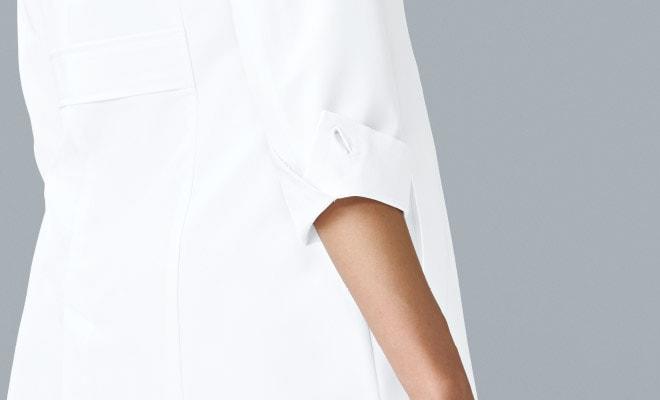 斜めにカットが施された袖口。腕がきれいに見え、さり気なくおしゃれな印象。