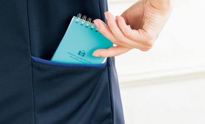 後ろ両腰ポケットは、介護する人に当たらないように配置。