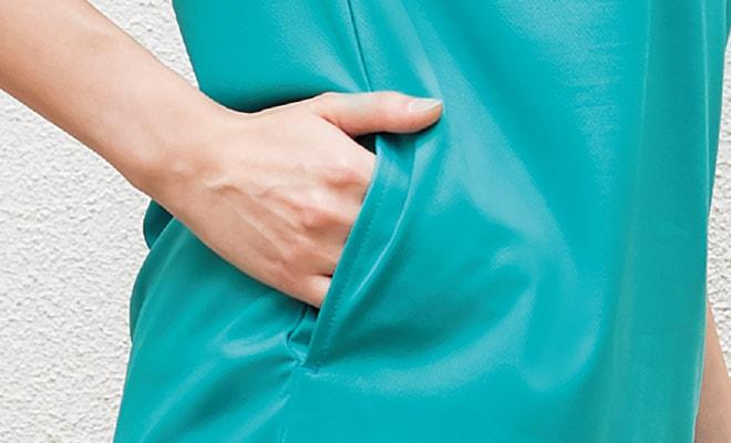 すっきり見えてしっかり収納できる、両腰に切替を利用したスリットポケット付。
