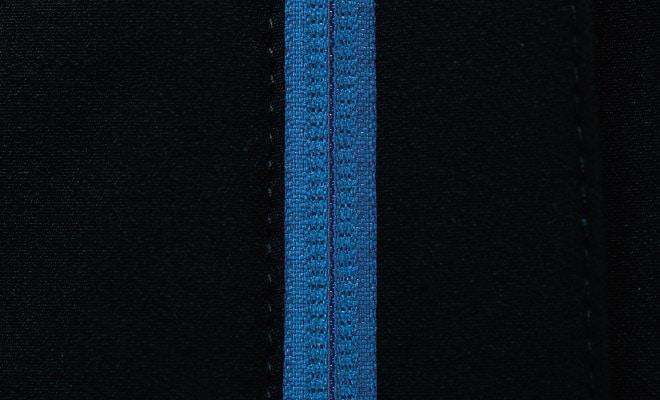 人に当たらないようファスナーのテープは裏使い。