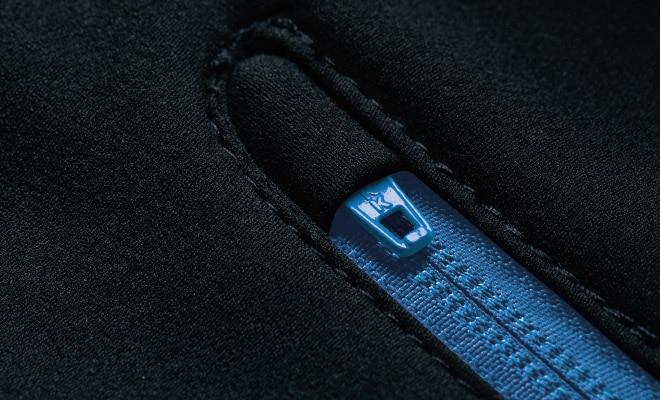 衿上とポケット口にはファスナーの引き手が収まるカバー付き。