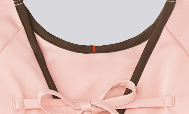 着替えの際や畳む時に中心がわかりやすいよう、後ろ衿中心と裾に印入り。