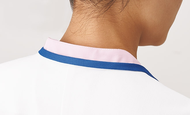 衿腰高めでストラップが直接首に当たりにくくなっています。