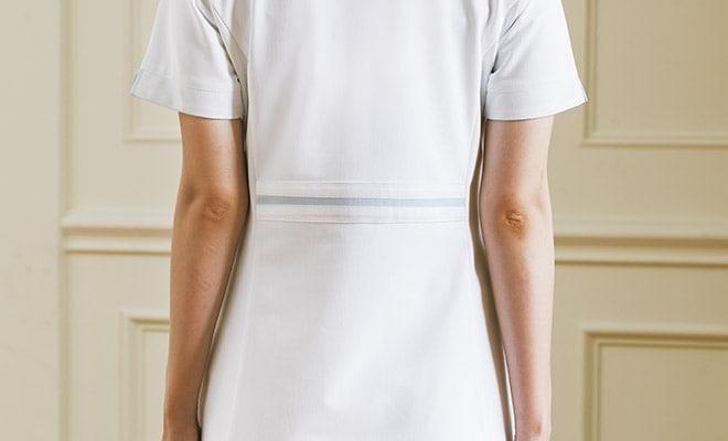 背ベルト付で、シャープな印象のバックスタイル。