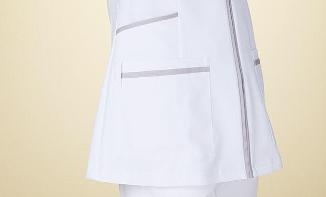 両脇と両腰にポケット付。右腰ポケットには、ループ付で時計等頻繁に使うものの取り付けが可能。