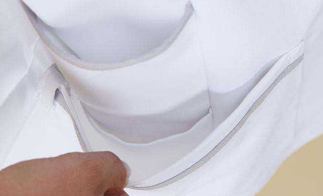 底が無く、細いポケット内に埃が溜まらない衛生的なスルーポケットを両腰の内ポケットに。