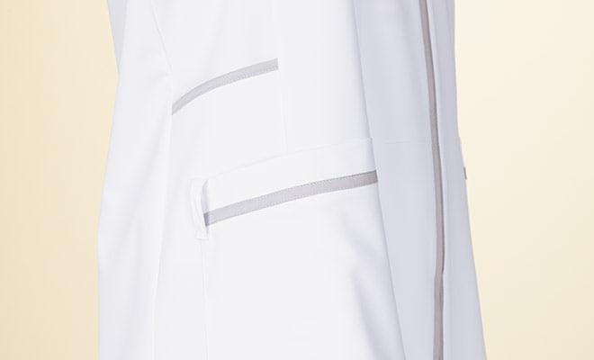 右腰上部にポケット付。右腰ポケットには、ループ付で時計等頻繁に使うものの取り付けが可能。