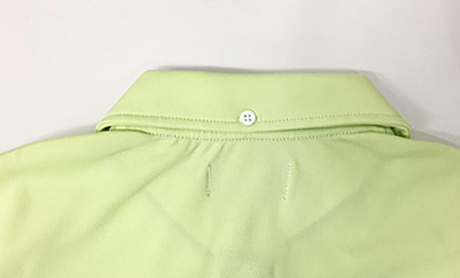 衿をしっかり留められる、後ろ衿中央のボタン。