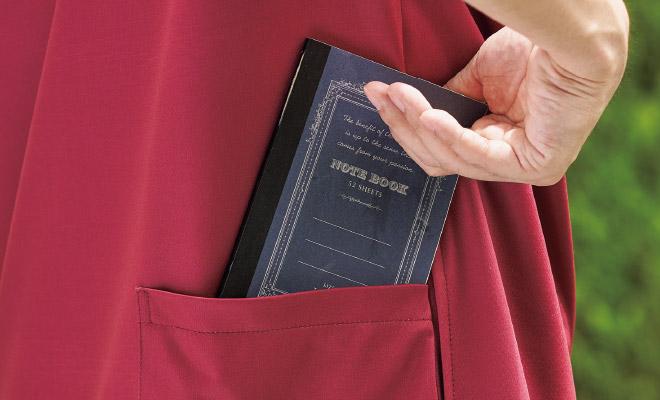 背面にポケットを付けることで介助時にポケットの中身が邪魔をすることなく、スムーズに動くことができます。
