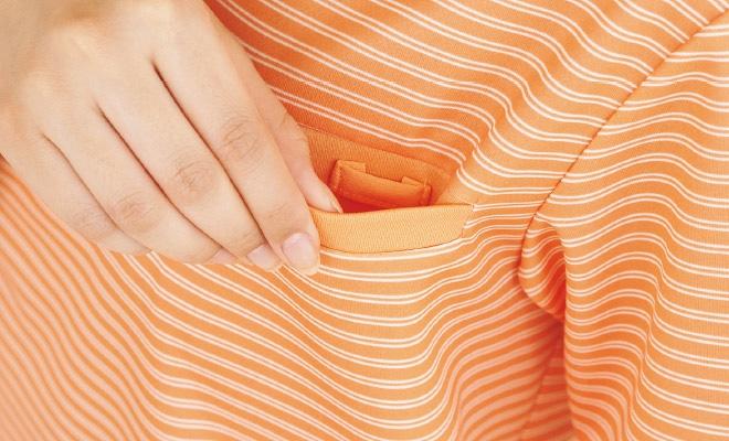 胸ポケットには名札やクリップライトをつけられるループ付き。ポケット口の伸びを防止します。