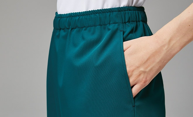 両腰に加え、両腿にもポケットを配置。数が多く整理しやすい仕様です。