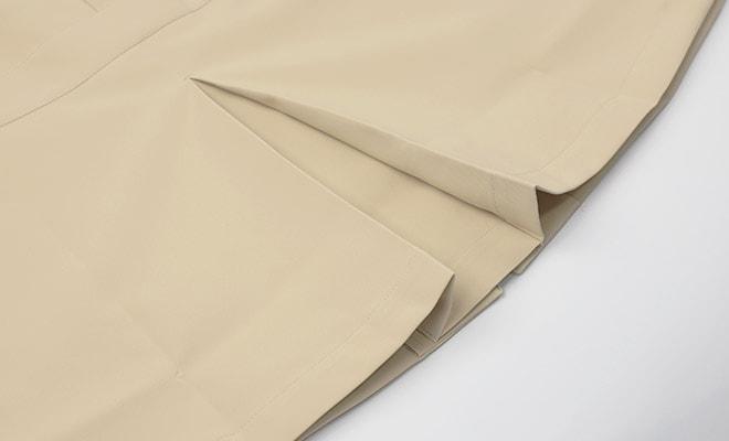 後ろ裾中心に、動きやすいボックスプリーツ入り。