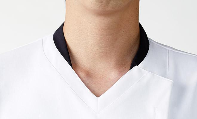 下を向いても中が見えにくい、開きが浅めのV衿。また、立ち衿でストラップが直接首元に当たりにくくなっています。