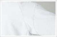 スムーズな腕の上げ下ろしを可能し、裾が持ち上がらない立体裁断。