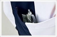 右裾ポケットの内側には筆記具等を整理して収納可能な少ポケット付き。