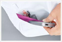 両裾ポケットは2重ポケットになっており、さらに右ポケット内側には筆記用具等を整理して収納可能な小ポケット付き。