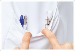右裾ポケットの内側には落とし物を防ぐ便利なキーループと、筆記用具等を整理して収納可能な小ポケット付き。