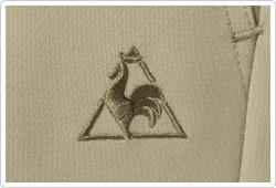 左ポケット下に、同色のロゴ刺繍を入れ、さりげないオシャレさをプラスしました。