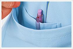 右裾ポケットの内側には筆記用具等を整理して収納可能な少ポケット付き。