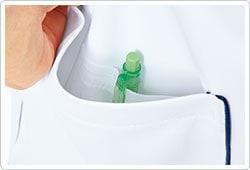 右裾ポケットの内側には筆記用具を整理して収納可能な小ポケット付き。