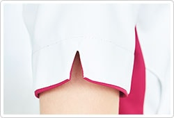 袖口にはスリットを設け、腕を上げるときも動きやすいように仕上げています。
