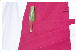 両裾内側ポケットは筆記用具等を整理して収納可能な仕切り付き。