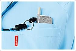 胸ポケットの内側には、PHSを収納可能なポケット付き。