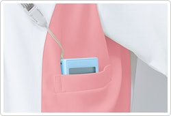 左脇下には、PHSを収納可能なポケット付き。