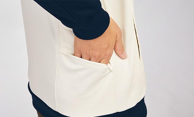 作業を邪魔せず収納できる背面ポケット。モノが落ちにくい安心構造です。