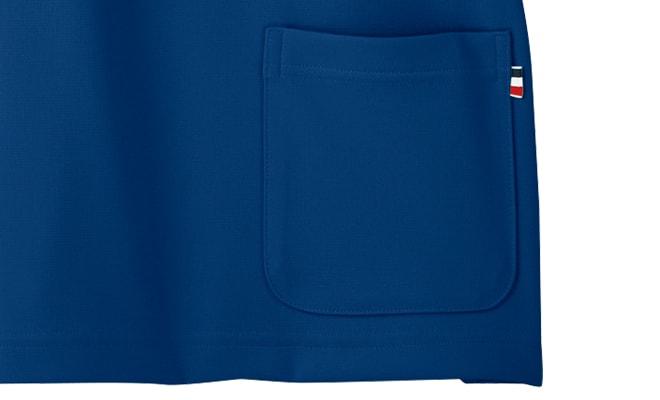 背面にポケットを設置することで、介護作業を妨げず必要なものを収容。トリコロールカラーのピスネームがオシャレポイント。